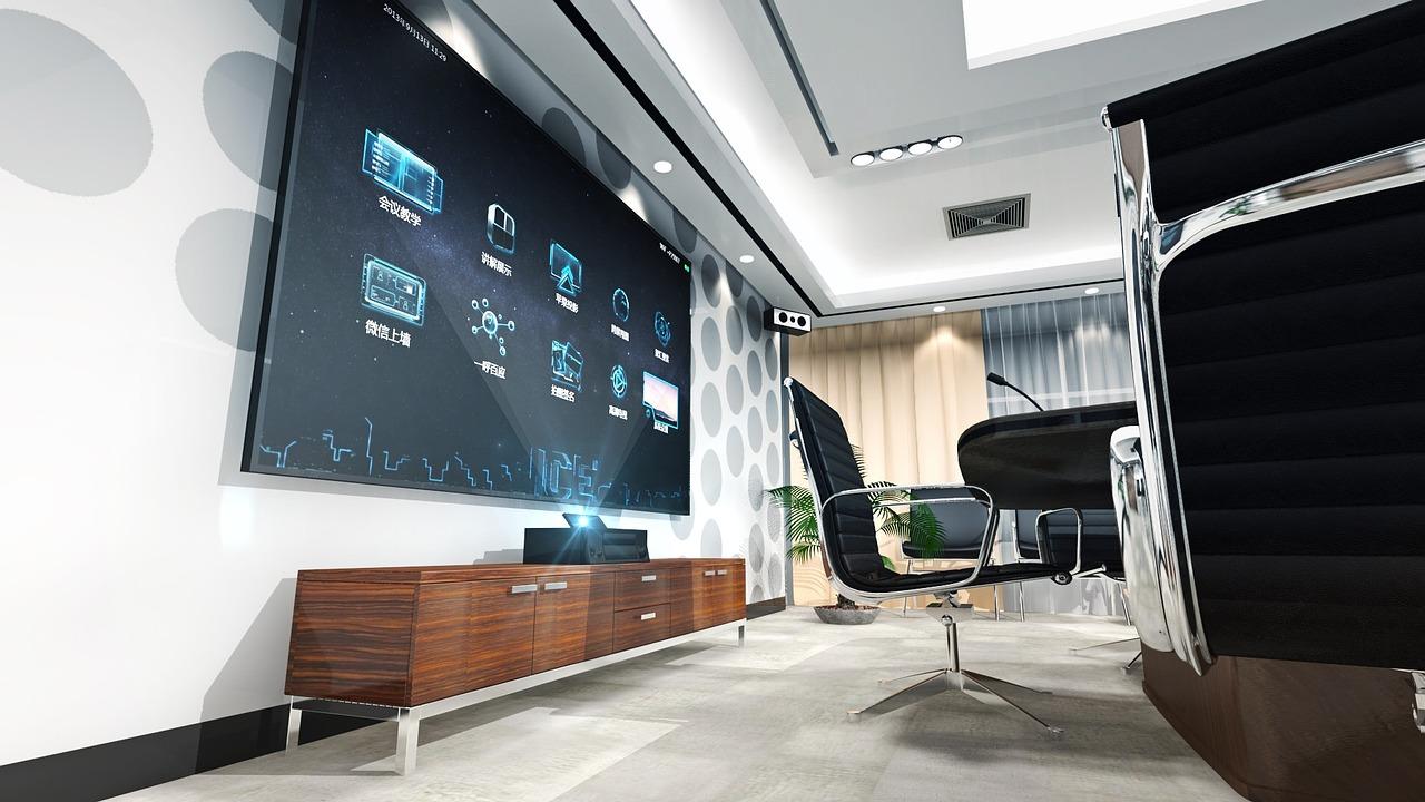 Oficina con pantalla gigante