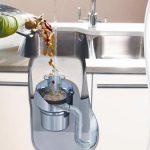 El triturador de basura, es una de esas cosas que expide un olor bastante molesto. Pues su ubicación húmeda y cálida es propicia para que las bacterias y las sobras de comida hagan de las suyas. Uno de los materiales que se utiliza para fabricar los trituradores es el plástico principalmente, que también puede absorber cualquier clase de olores de cualquier comida que deseches. A pesar de que se limpie todos los días, quizá el olor sea duradero y haya utilizar otras alternativas para erradicarlo.