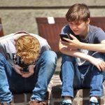 Francia aprueba ley que prohíbe uso Smartphone y tablets en colegios